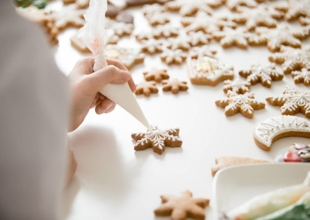 close-up-of-female-confectioner-hands-icing-PZEA92X